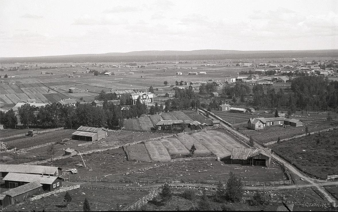 Foto från klockstapeln eller kyrktaket mot nordväst, i mitten finska folkskolan.