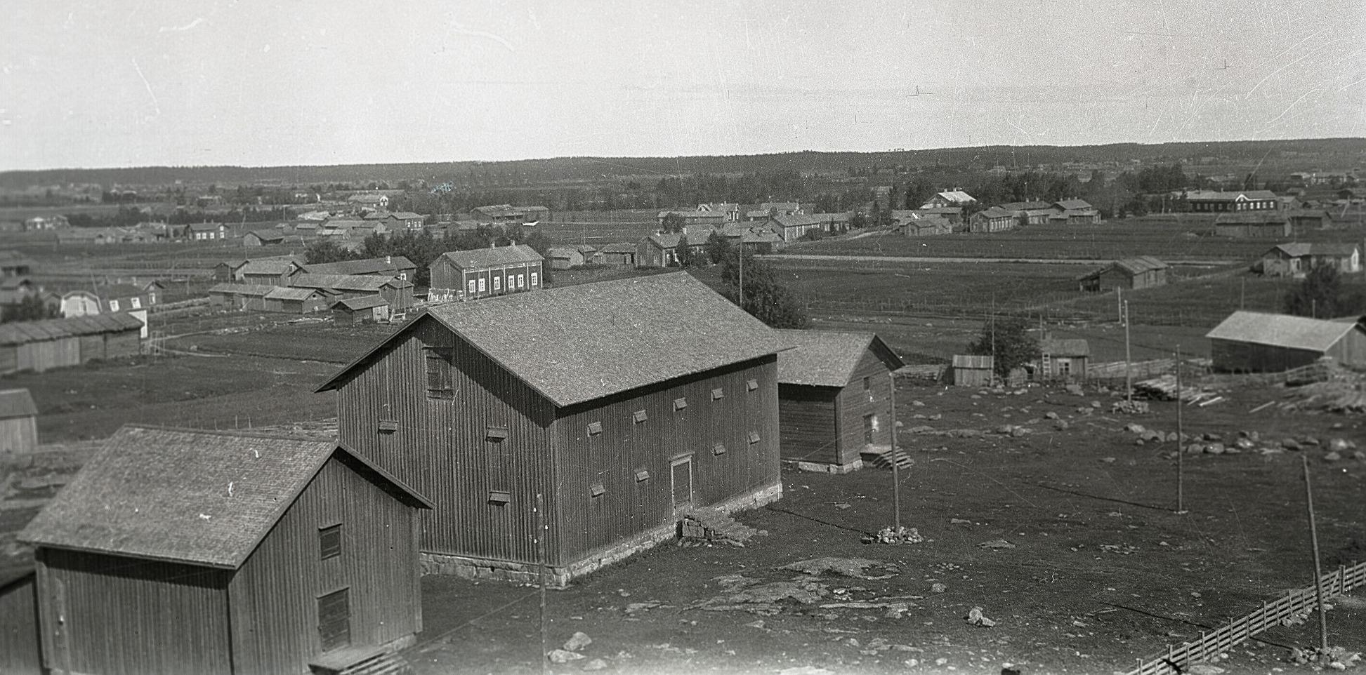 Foto från klockstapeln eller kyrktaket mot centrum. Till vänster magasinet för brännvinspannorna, i mitten kronomagasinet, nuvarande församlingshem.
