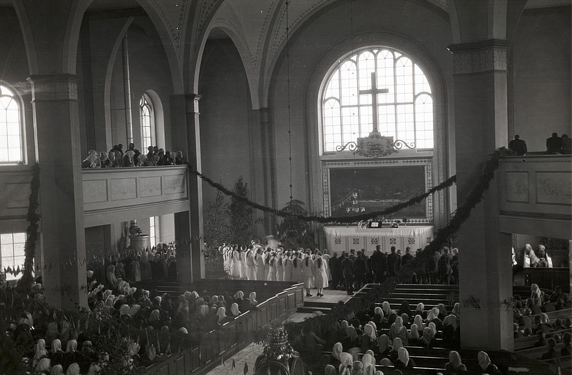 Konfirmationen i kyrkan midsommardagen 1932.