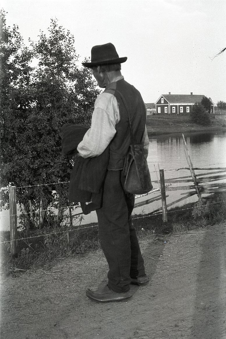 Svedar Johan, alltså Johan Asplund blickar ut över Lappfjärds å vid Åbyggändan. Till höger Mitts gamla gård, numera Lindedahls nära Flottbron.
