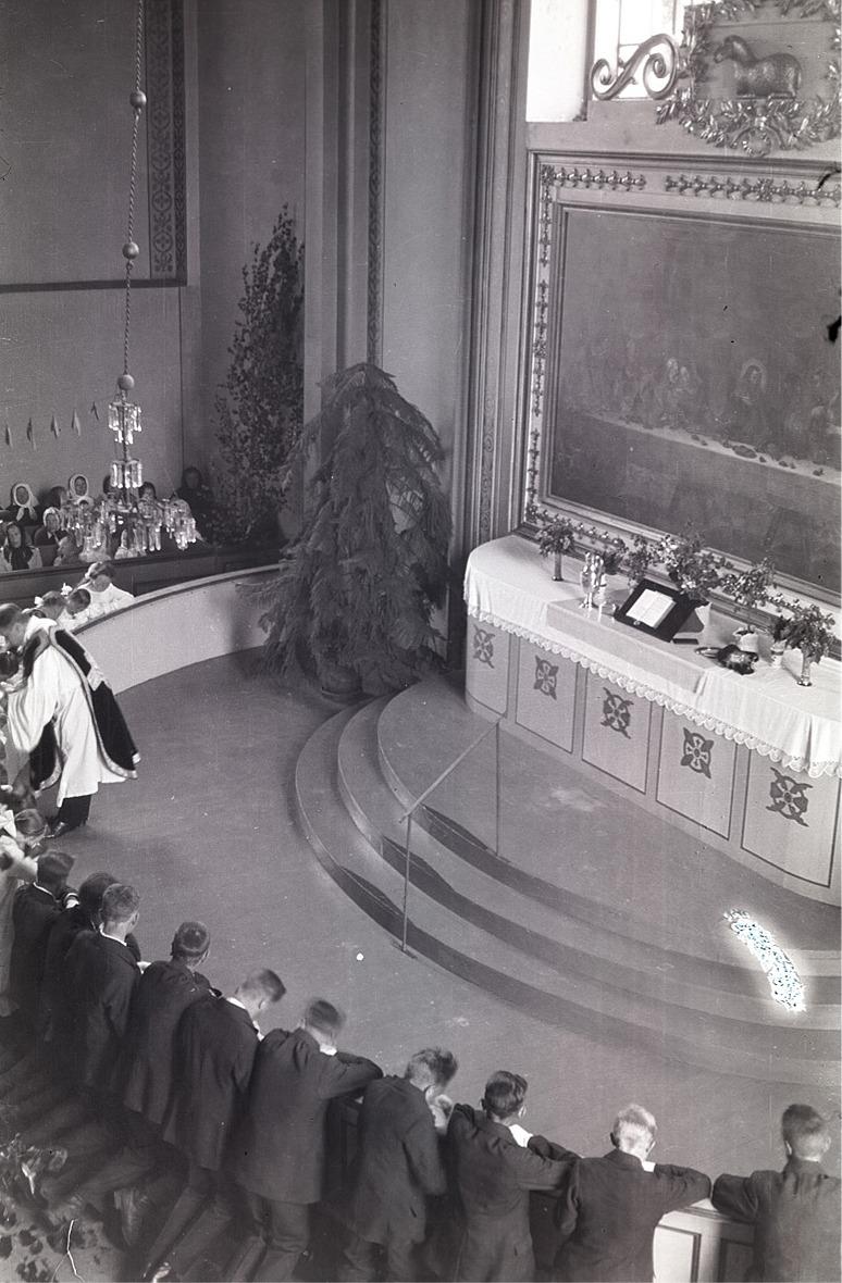 Nattvardsgång för konfirmanderna midsommardagen 1932.