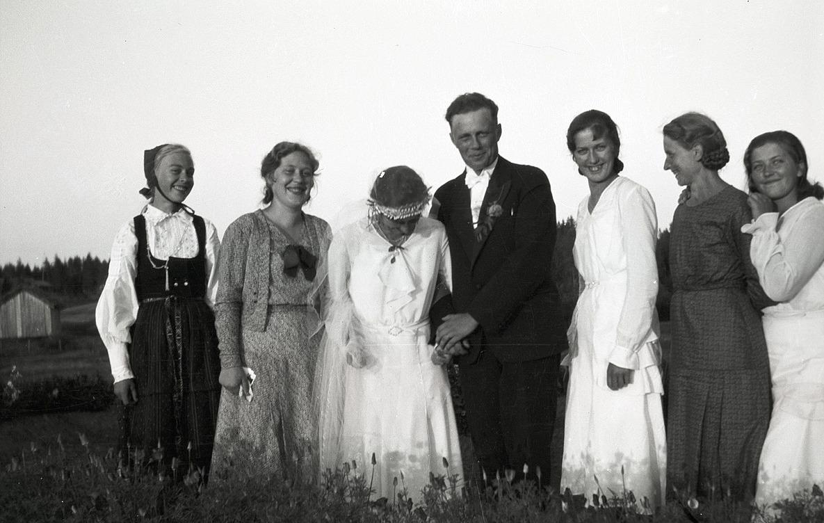 Bröllop i Träskvik då Elvi Granö gifte sig med Georg Rosenback. Brudparet omgivet av Elvis vänner och släktingar.