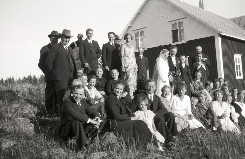 Elvi Granös och Georg Rosenbacks bröllop vid skolan i Träskvik. Mannen med guldkedjan till vänster är Viktor Nylund från Dagsmark och till höger om står sonen Rurik Nylund. Mitt i bilden längst bak står folkskolläraren i Perus skola Henrik Rosenback, brudgummens far.