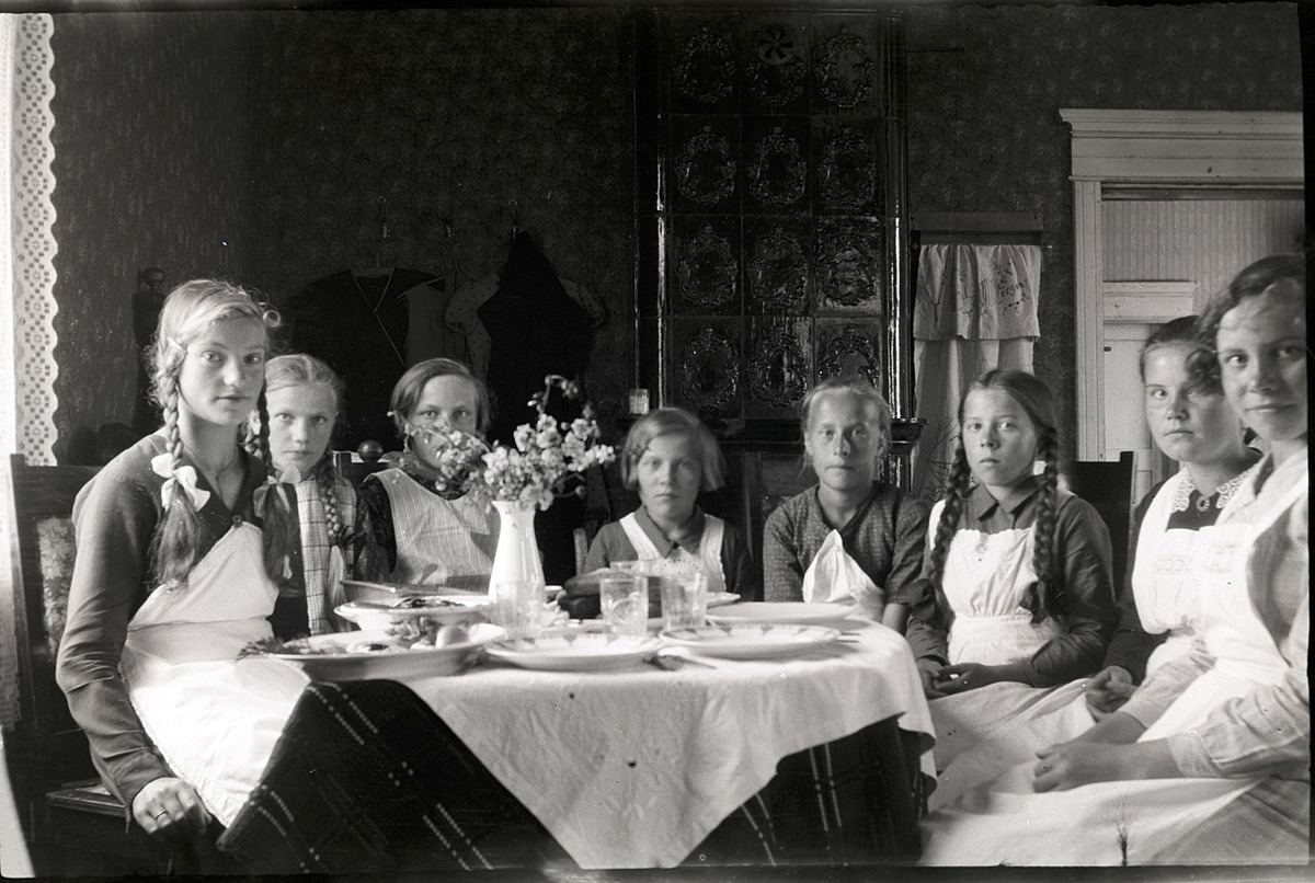 Dagsmarkflickorna på kokkurs, från vänster Verna Norrgrann, Beda Westerback, Astrid Björklund, Anna Englund, Ingeborg Krook, Helga Englund, Anna Rosenback och Lilja Nordberg.