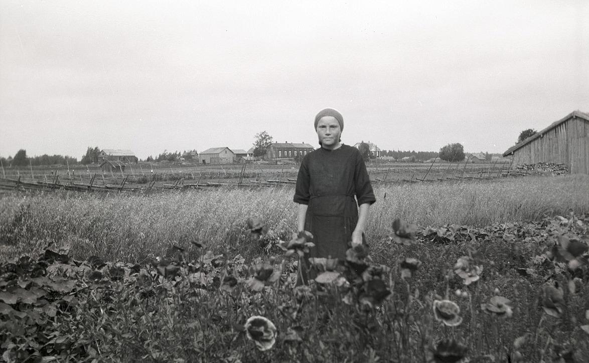I klubblandet Daghild Klemets (1917-1998) senare gift med Tor Sundvik från Larsmo. I bakgrunden syns Mansens backen.