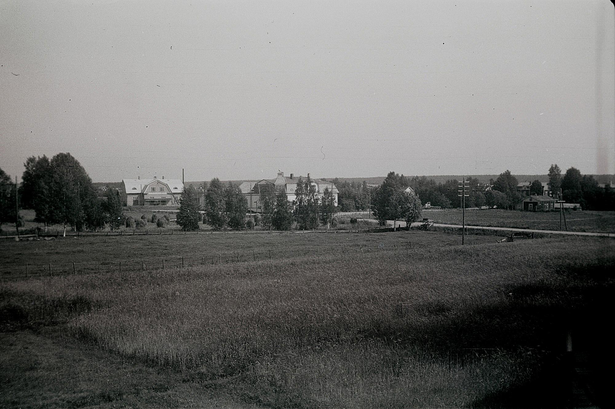 Till vänster Dagsmark Andelsmejeri byggt 1929, mitt i bild Storkull affärshus byggt 1916. Huset till höger byggde Broberg i tiderna och sedan bodde Glas-Kajs där.