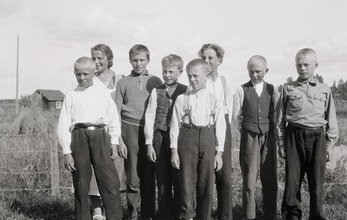 Kokkurs för pojkarna, från vänster Nils Ålgars, kursledaren Elvi Lillträsk, Nils Nygård, Elis Hellman, Sven Malm, Åke Storhannus, Helge Björklund och till höger Erik Storkull, som sedan bytte namn till Stens.
