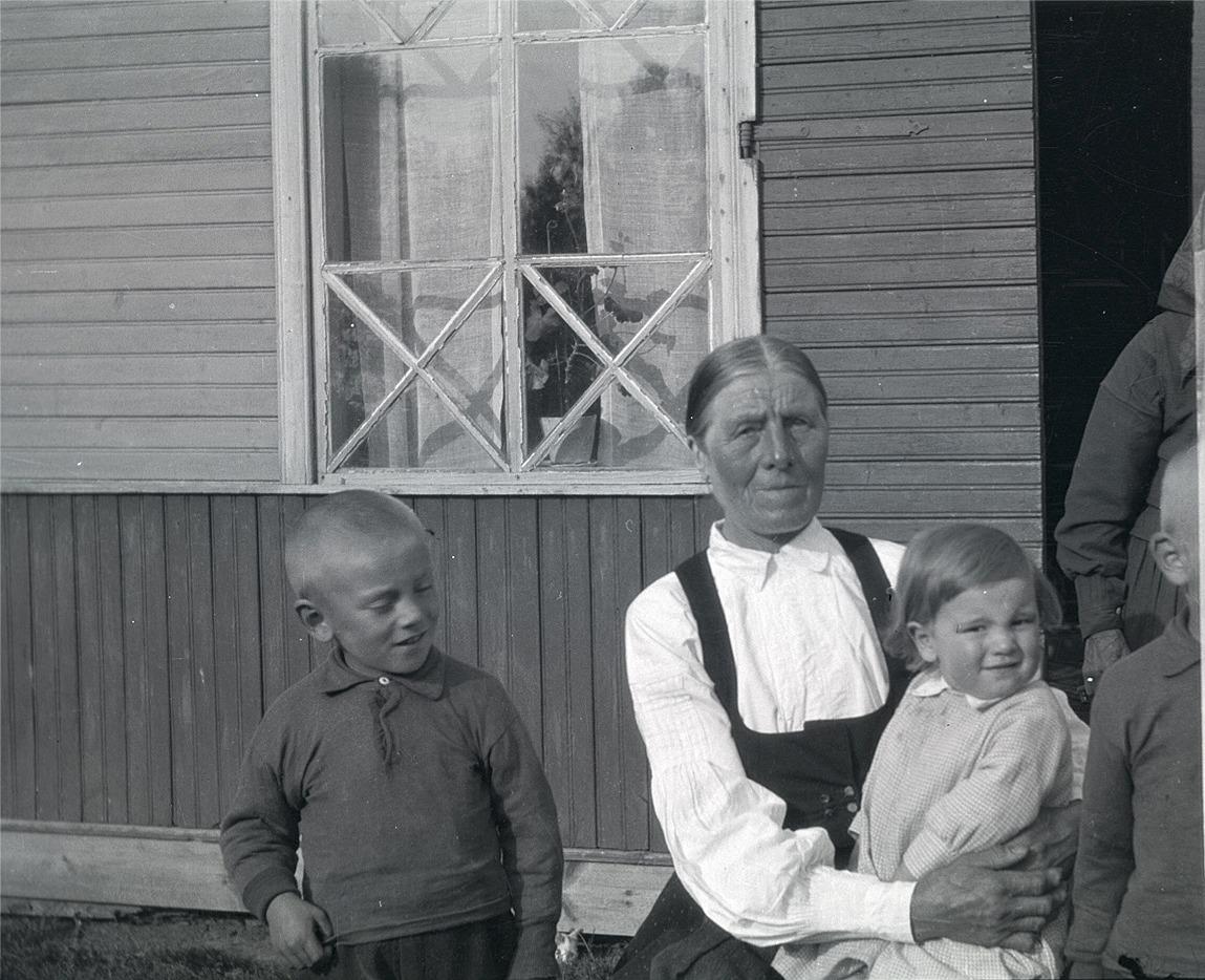 Storhannus Manda med barnen Edgar och Erik, Torsten skymtar i högra kanten.