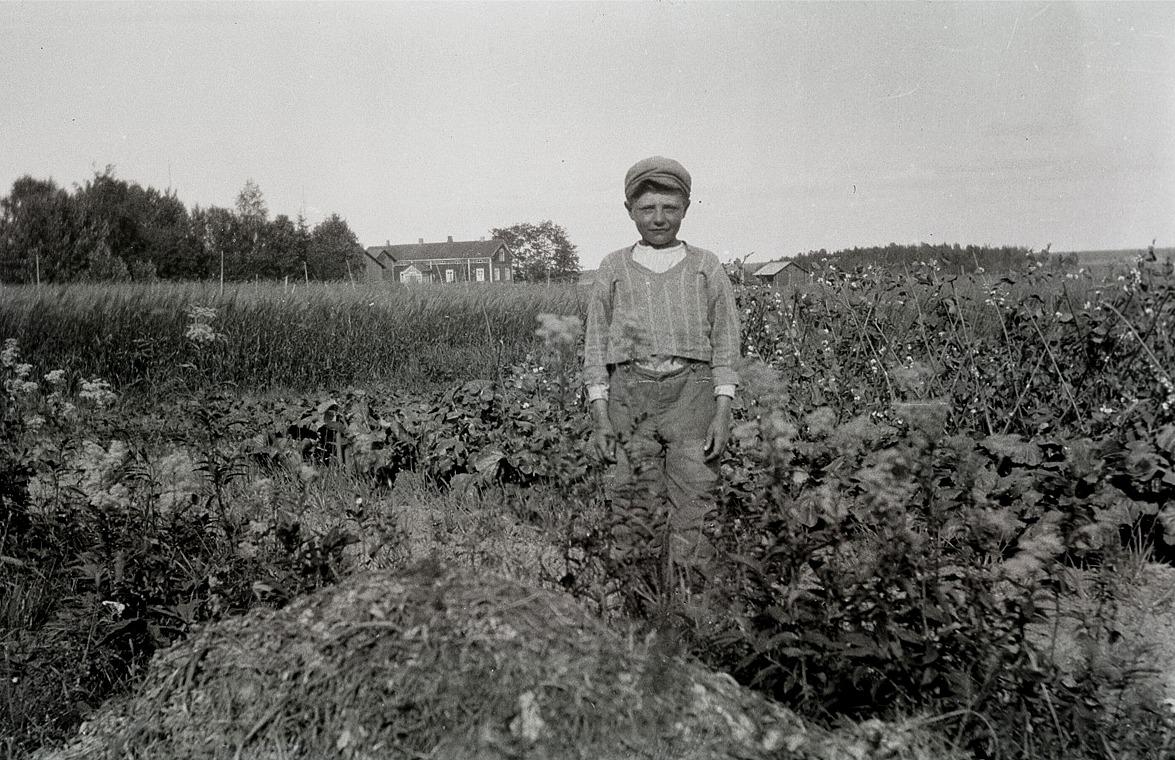 Här står en nöjd Axel Byholm i sitt klubbland, med Bertel Sjöstrands bondgård i bakgrunden.