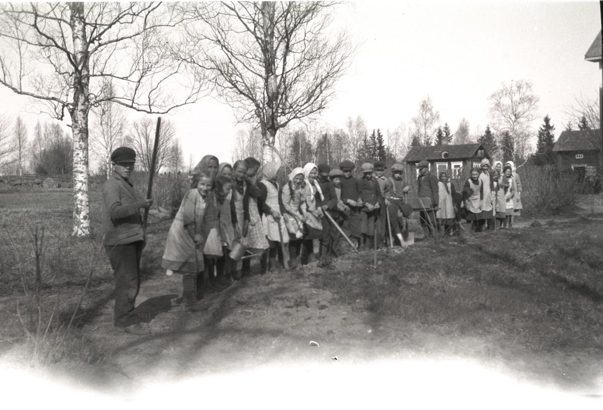 Här har vårbruket inletts på södra folkskolan. Till vänster står Erik Stens och i bakgrunden står skolbastun.