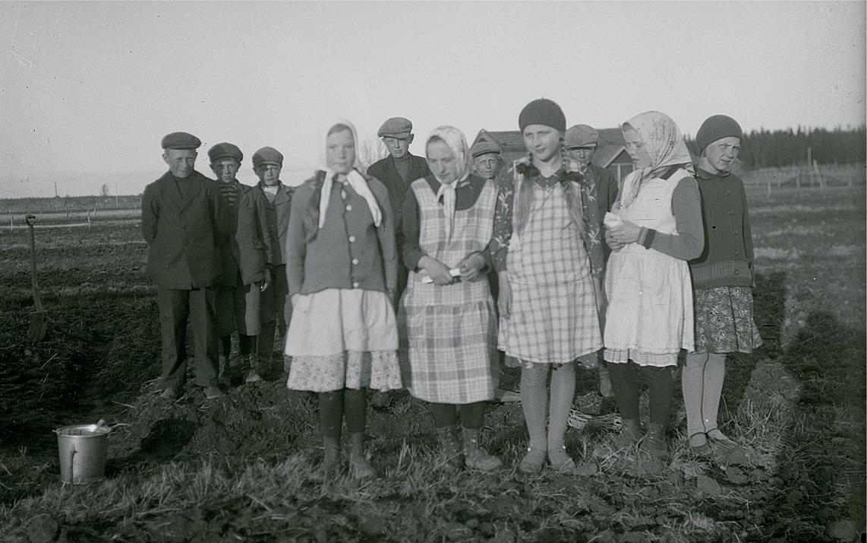 Klubbens ungdomar i Härkmeri, från vänster Lennart Åbro, okänd, okänd, Daghild Klemets, Albert Grannas, okänd, okänd, Rut Stenlund, okänd, okänd och till höger Mildred Grannas.