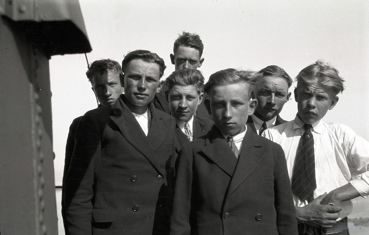 De uppklädda ungdomarna är från vänster Uno Björses, Runar Ingvesback, Hilding Hemgård, Birger Björses, Gunnar Ingvesback, Bertel Granskog och Eskil Ålgars.