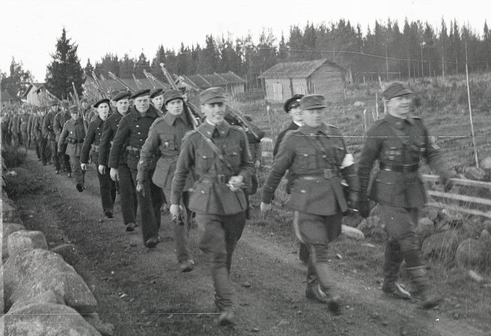 Skyddskårister på marsch i Lappfjärd, bland annat Selim Knus, Gunnar Ingves, Evert Ekman, Lennart Björses och Alvar Björklund.