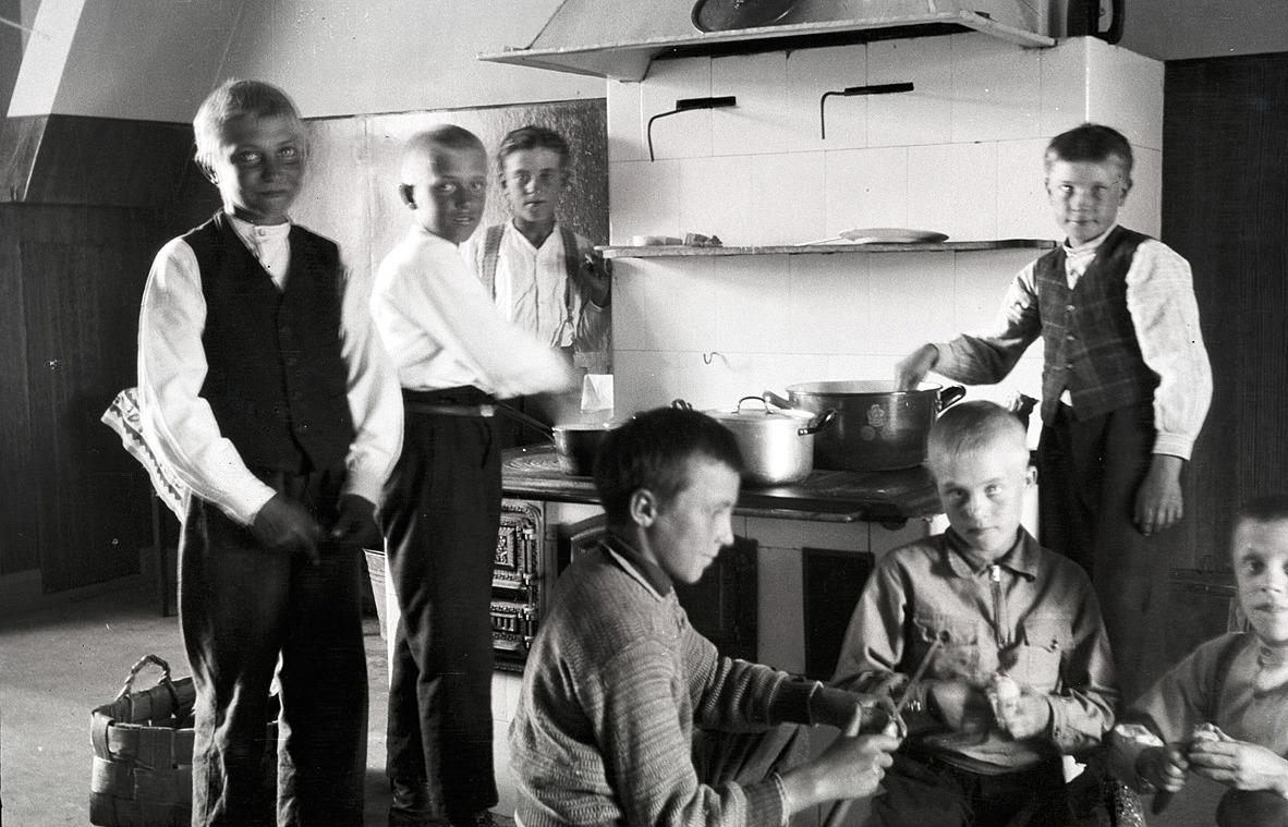 Pojkarnas kokkurs hemma hos Axel Lillträsk, från vänster Helge Björklund, Nils Ålgars, Åke Storhannus, okänd, Erik Storkull, senare Stens och Elis Hellman.