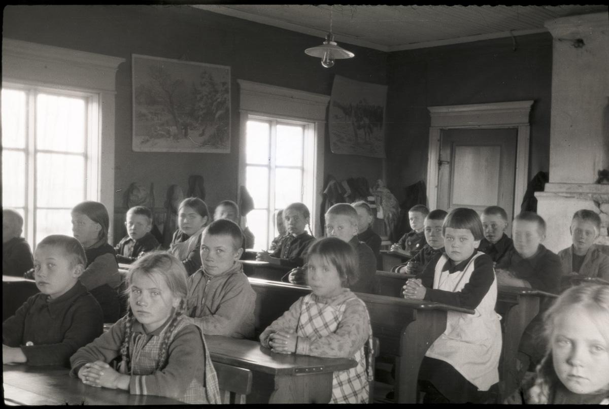 Så här vackert sitter barnen i den lägre folkskolan, eller småbarnsskolan som den kallades. Flickan till vänster längst fram är Karin Knus, som sedan gifte sig med Magnus Mangs från Tjöck.