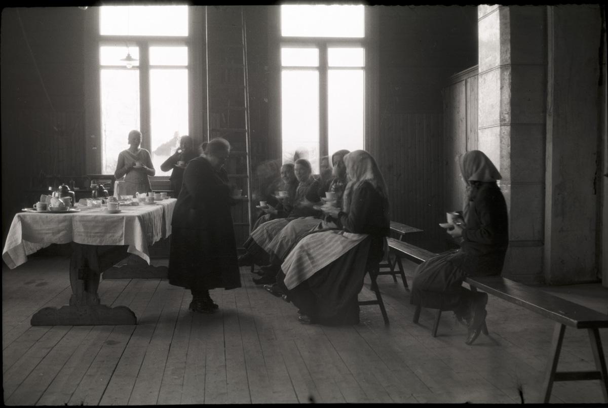 Här är det invigningskaffe i slöjdsalen, eftersom den nya småbarnsskolan just blivit färdig, då södra folkskolan byggdes ut med en vinkel. Värdinnan är Emmi Bast och här sitter från vänster Lundas Olga, alltså Olga Ulfves, Olivia Björklund, Alvina Ingves och Hulda Malm.