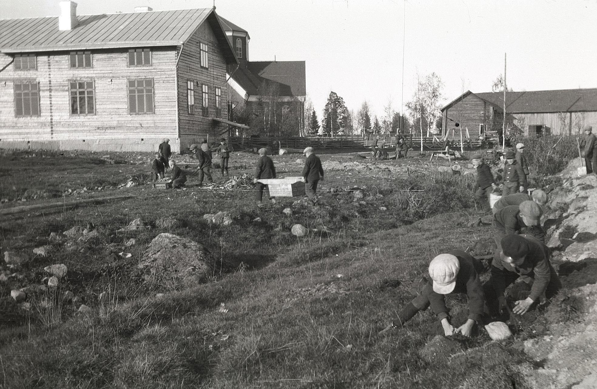 Skolan använde den egna, billiga arbetskraften för att förstora gårdsplanen vid utvidgningen av skolbyggnaden.