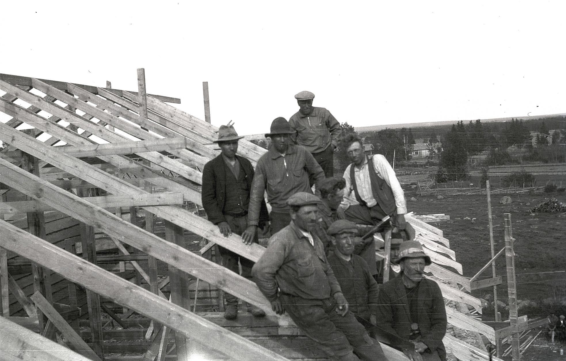 Sommaren 1933 höll Erland Krook och hans mannar på med takkonstruktionen på södra skolans tillbyggnad.