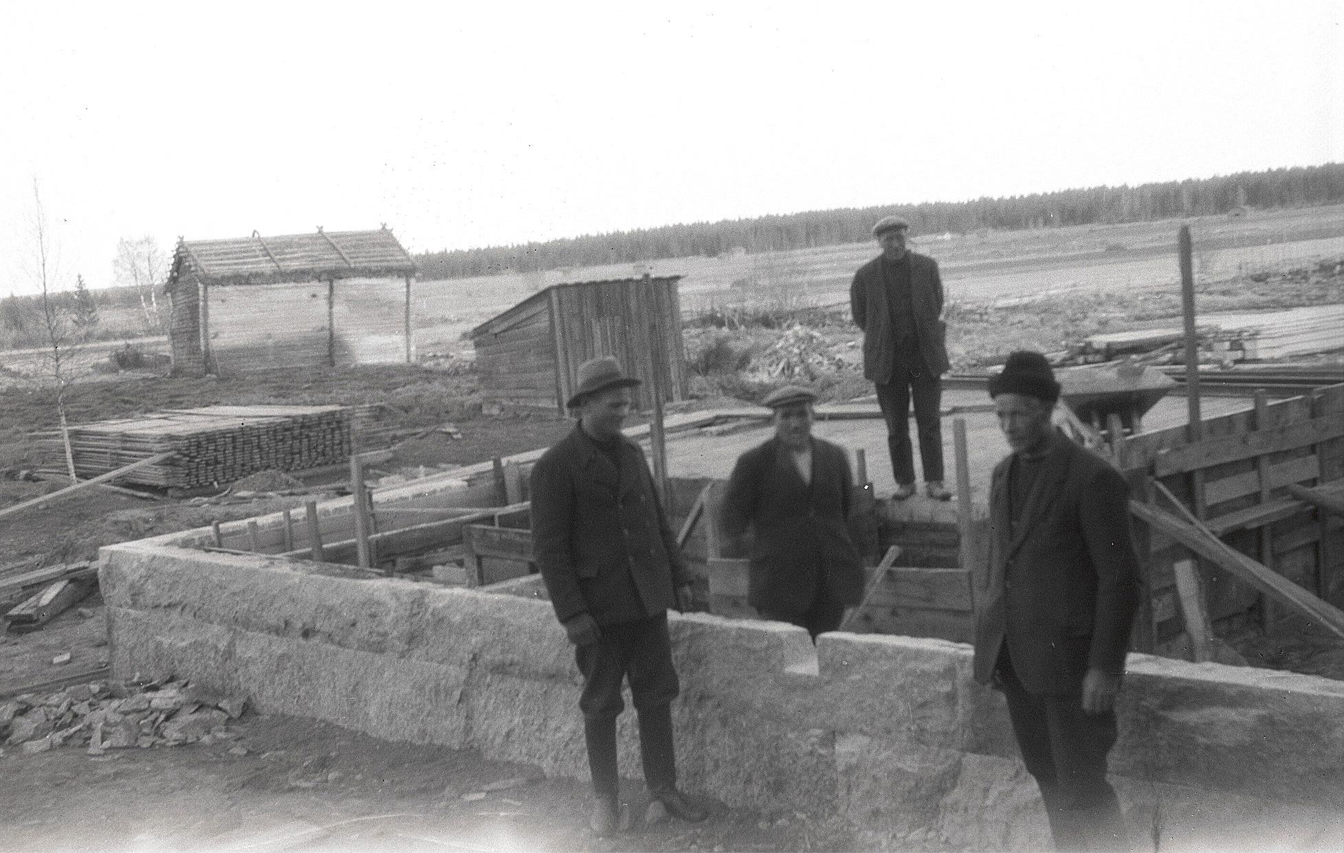 Stenfoten är lagd på tillbyggnaden vid södra folkskolan i Lappfjärd och den granskas här av Karl Knus och Emil Ekman till vänster. Längst bak står entreprenören Erland Krook och till höger står fullmäktigeordförande Viktor Rosenstedt.