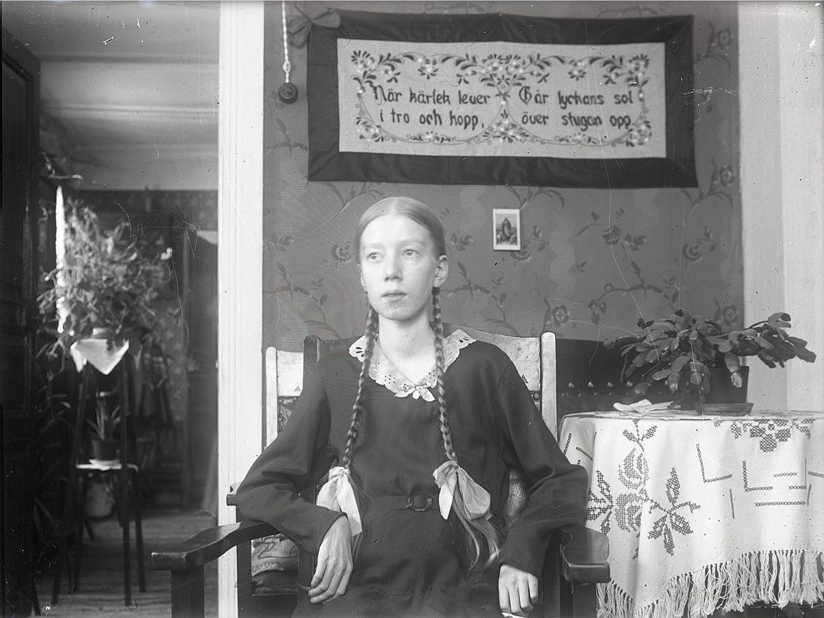 I april 1934 fyllde Inga Björkman 14 år och se vilka fina flätor hon har. Hon dog sedan följande år i april.