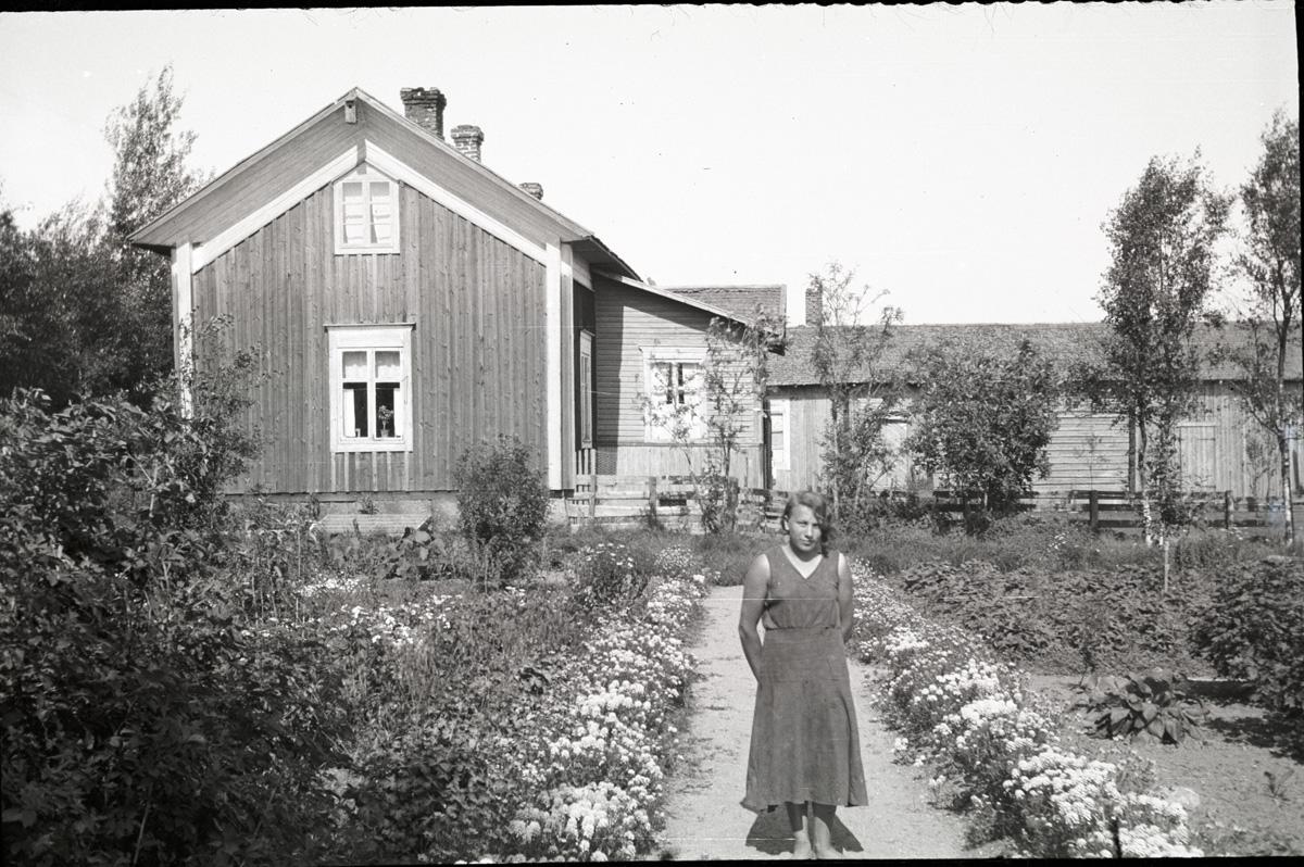 Tyra Ingves i sitt klubbland vid hemgården.