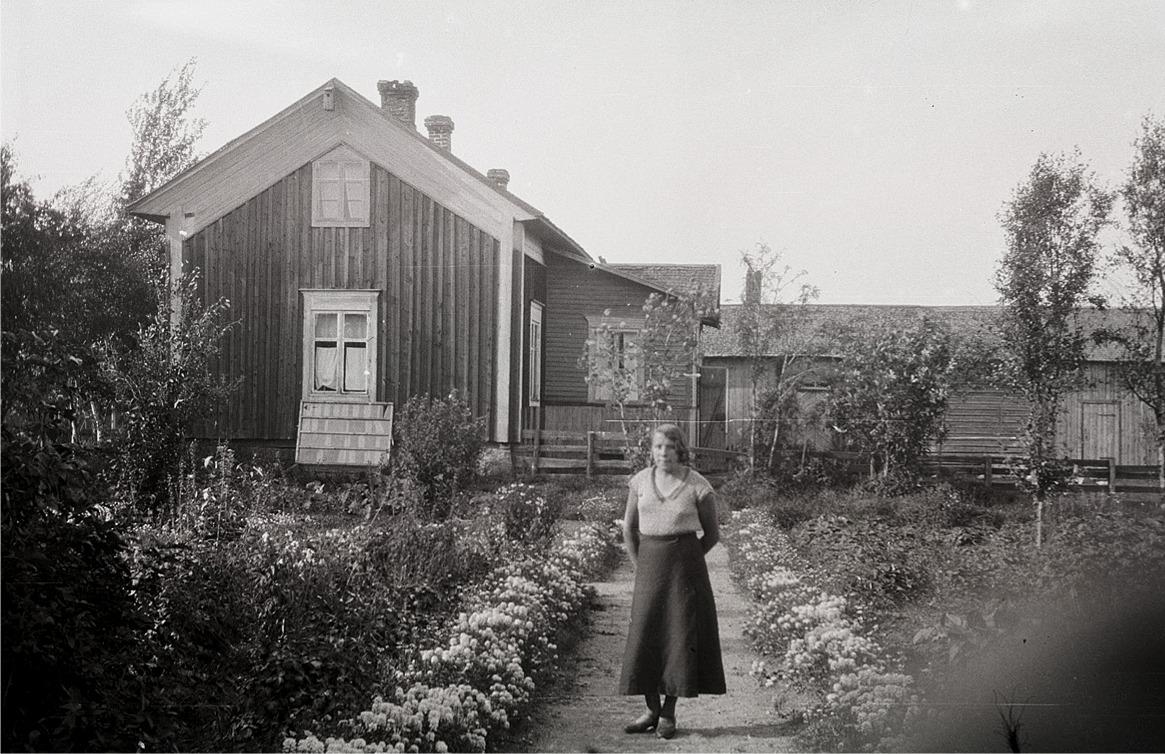 Tyra Ingves var Selim Björses högra hand inom klubbverksamheten i Lappfjärd, här står hon i sin egen hemträdgård.
