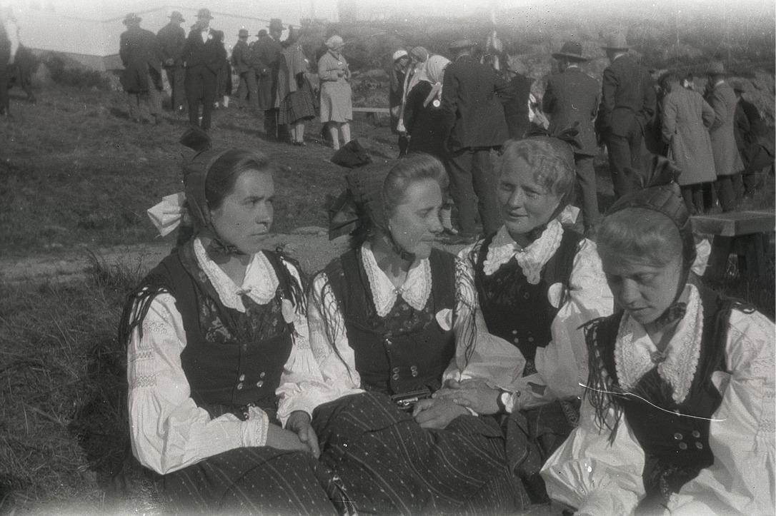 Lappfjärdsflickor i folkdräkt vid en fest på lokalin, från vänster Hjördis Landgärds, Hildegard Landgärds, Adele Knus och Elin Klåvus.