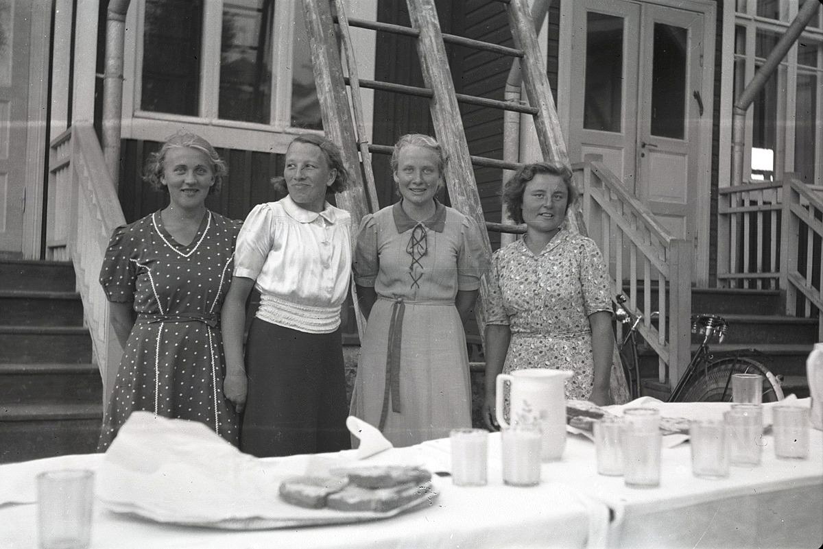Ingeborg Ålgars, Tyra Ingves, Greta Ebb och Gerda Skogman har skött serveringen utanför södra folkskolan.
