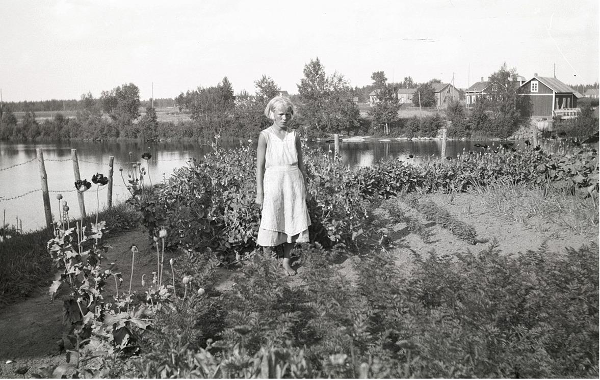 Okänd flicka i klubblandet nära Lappfjärds å.