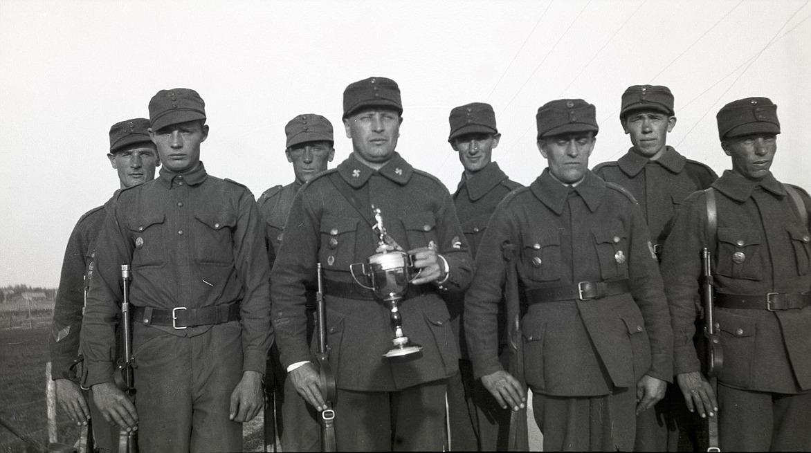 Med detta lag vann Lappfjärds skyddskår distriktsmästerskapet i skytte år 1934, från vänster Artur Björses, Eskil Hoxell, Emil Strandkull, Selim Björses med vinstpokalen, Arvid Björses, Artur Rosengren, Bertel Ekman och Leander Nyholm.