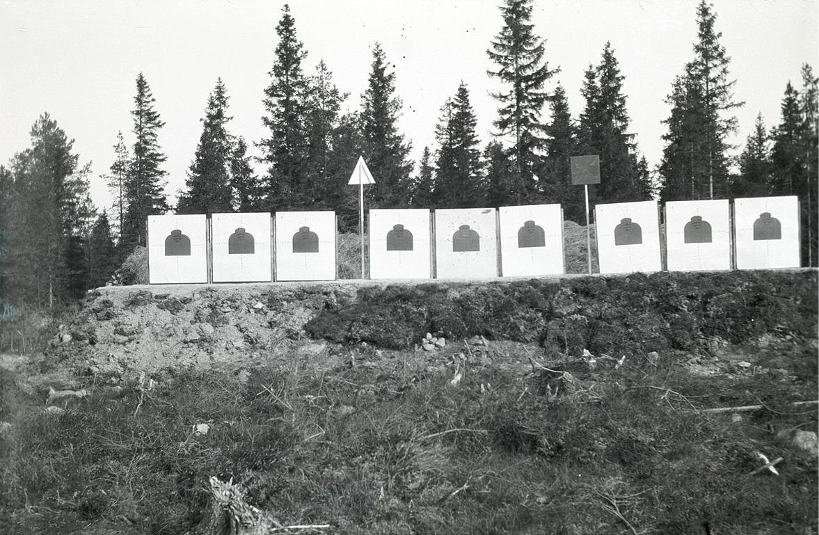 Markeringsgrav med skjuttavlor uppe vid Högåsen.