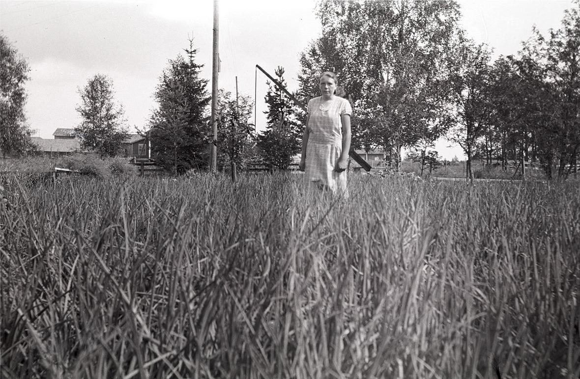 """Helmi Ekman i löklandet skymmer den typiska """"brånnsvindin"""". I bakgrunden till vänster Hilda Björses och Wahlroos till höger."""