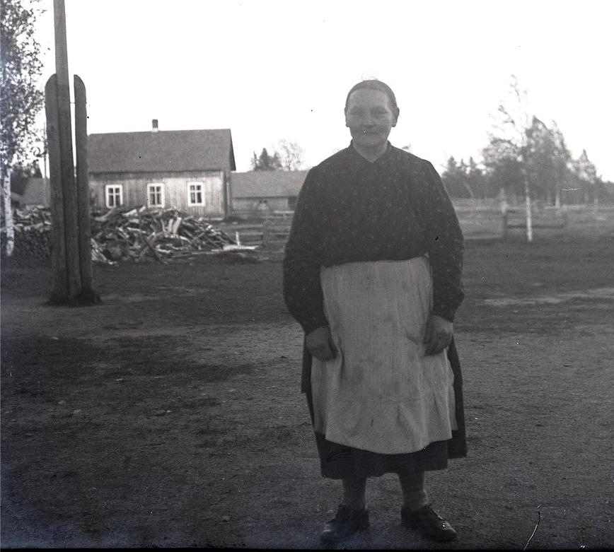 I den gamla småbarnsskolan på Kladdbackan så var det flickorna som skötte städningen, men då skolan flyttades till den nybyggda delen vid södra folkskolan så var det Sandra Granqvist som skötte städningen.