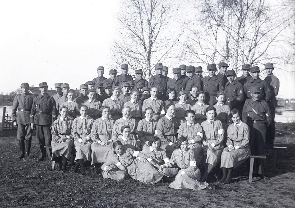 Skyddskårister och lottor i Lappfjärd utanför ungdomslokalen.