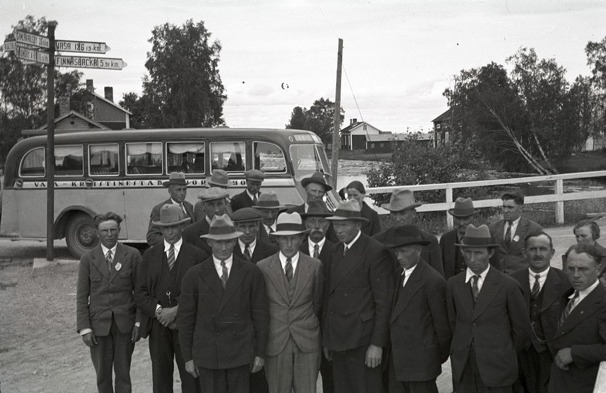 År 1935 var medlemmar från Lantmannagillen i Lappfjärd och Dagsmark på utfärd till Terjärv här är gruppen samlad framför bussen. Notera att vägskyltarna den tiden visade avståndet med 10 meters noggrannhet.