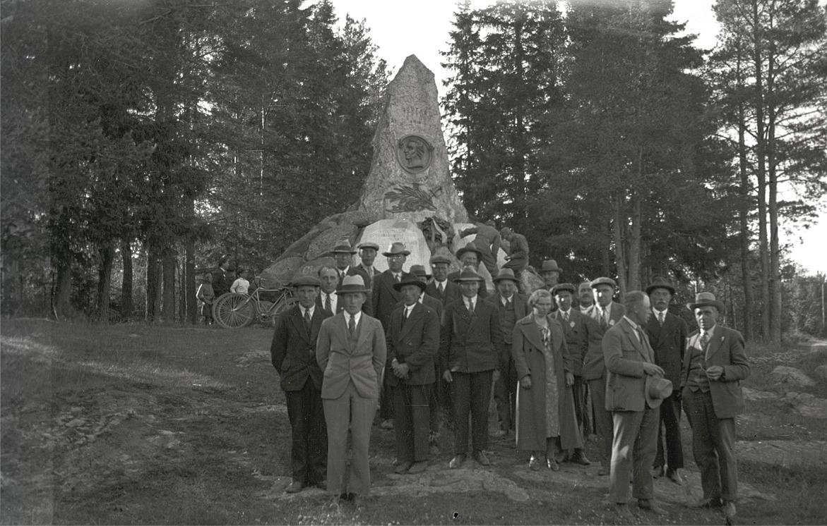 Under lantmannagillet resa till Terjärv, stannade de för fotografering vid minnesmärket efter slaget vid Jutas år 1808, strax söder om Nykarleby.