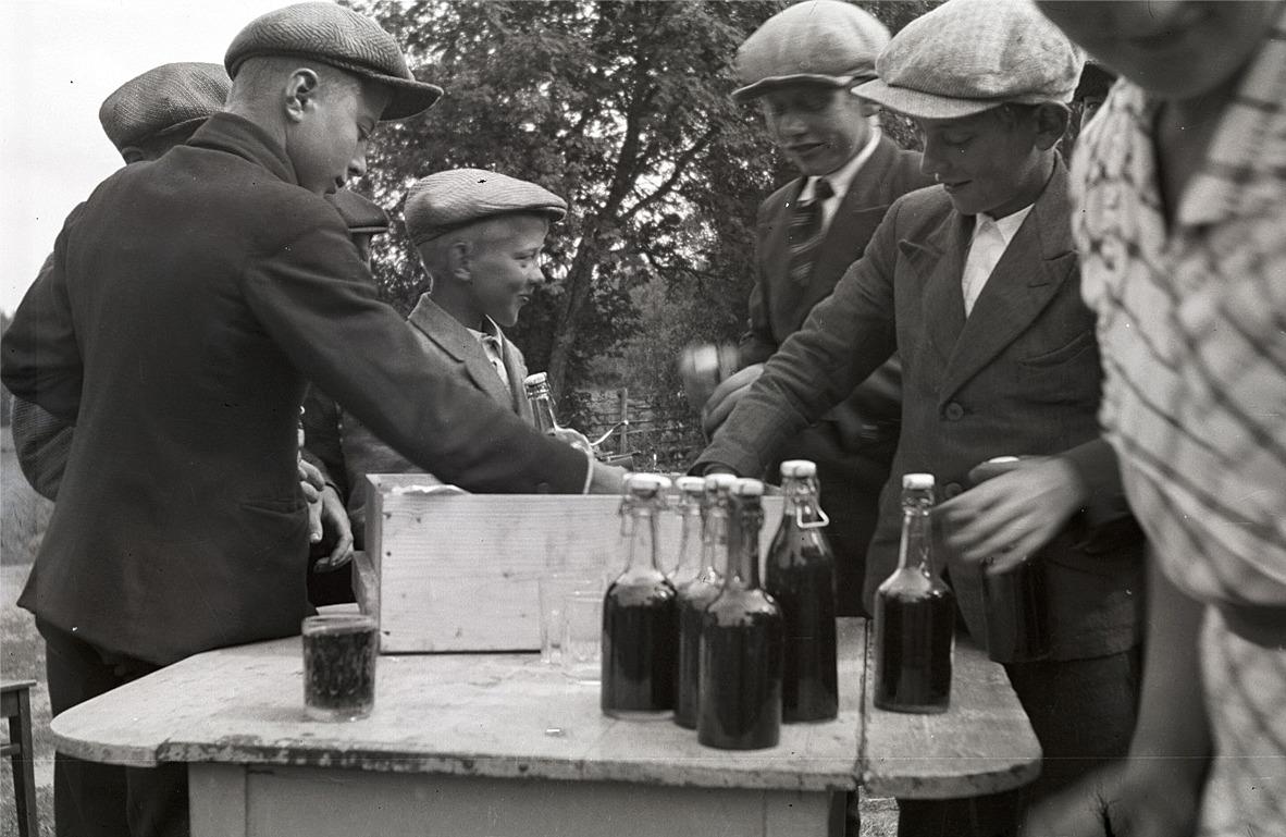 """Här tar eleverna för sig av dagens höjdpunkt """"bagabröö å limonad""""."""