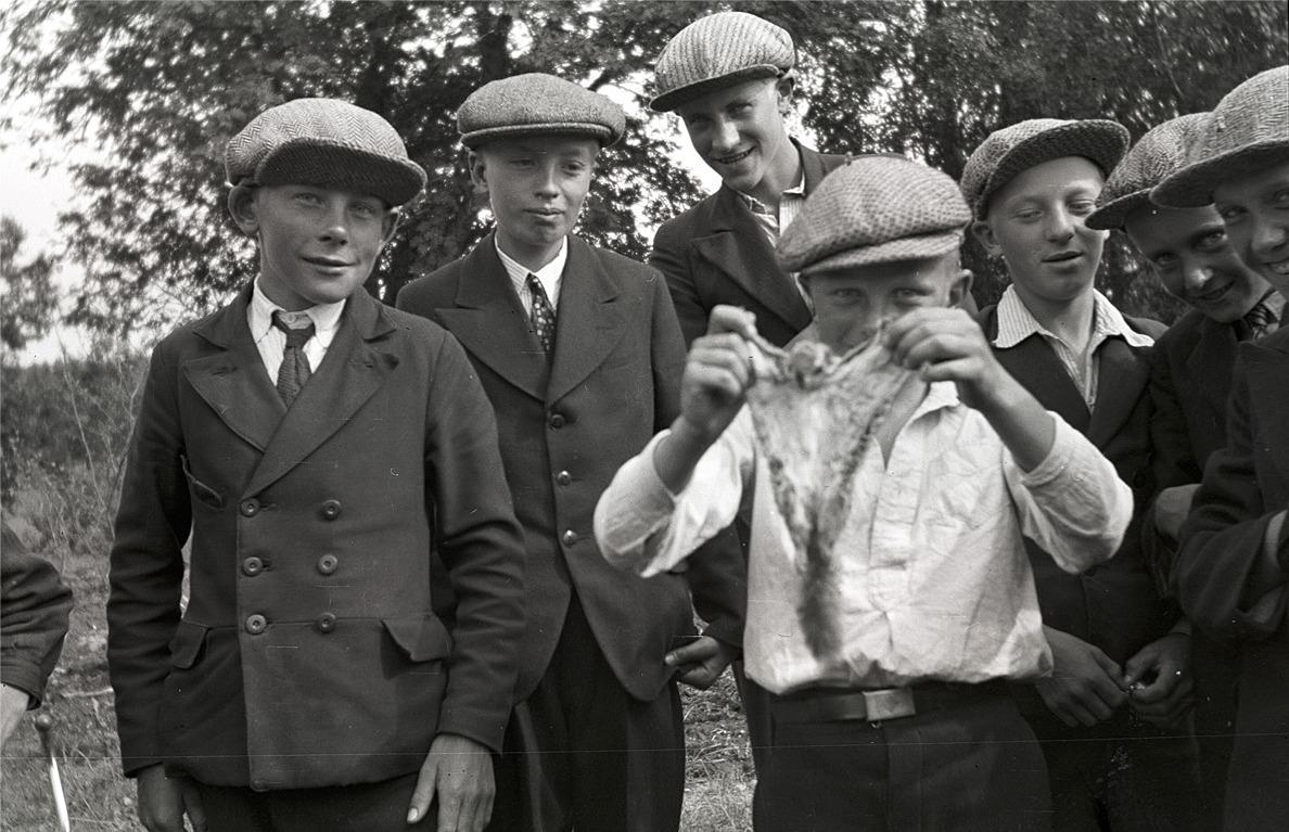 År 1935 var en flygekorre en stor sensation i Lappfjärd och här visas en sådan upp för fotografering. Från vänster Ingvar Bjors, okänd, Karl Björses, okänd, Karl Kronman, Harald Mattila och Åke Stenman.