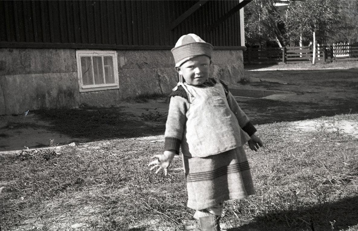 Denna pojke visar här upp en kolt, som användes av både pojkar och flickor ända fram till ca 1925.