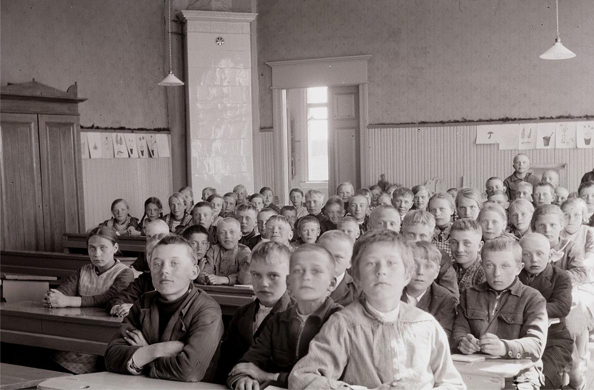 Här har eleverna från Brännor, alltså södra sidan packat ihop sig i stora salen för att rymmas på ett och samma fotografi.