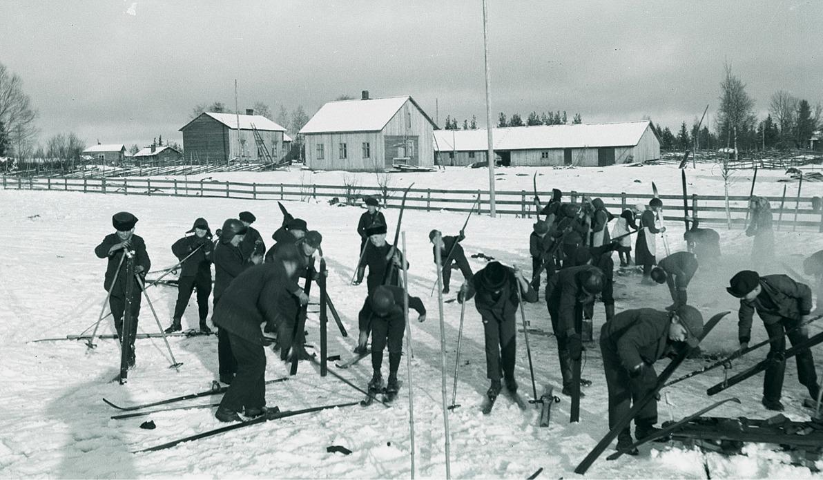 Inför en skidtävling skulle skidorna tjäras och varje elev skötte själv om sina egna, flicka som pojke.