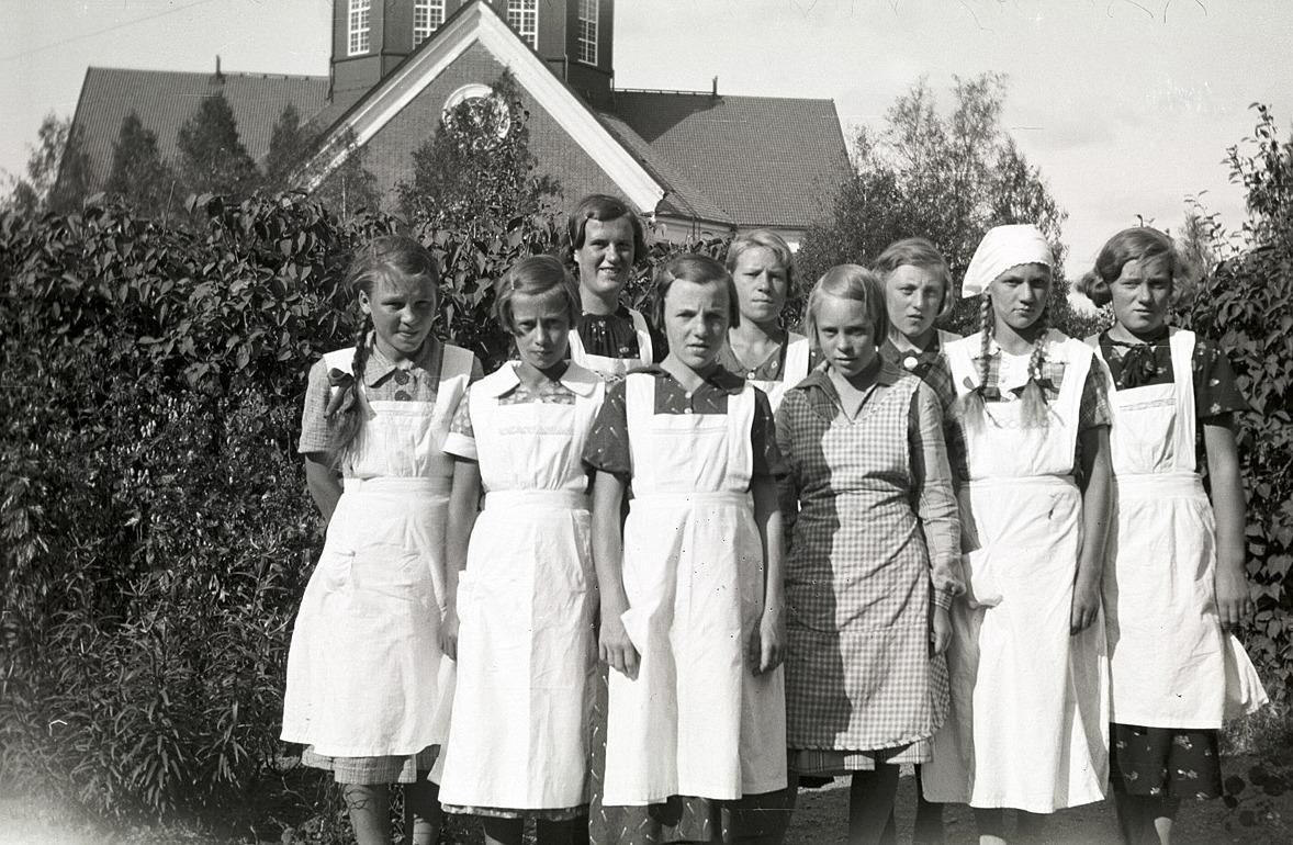 De här flickorna har varit på kokkurs i södra folkskolan, från vänster Brita Ebb, okänd, Hjördis Sjöholm, Eva Engman, okänd, okänd, Marita Ålgars, okänd och Anna Östergård.