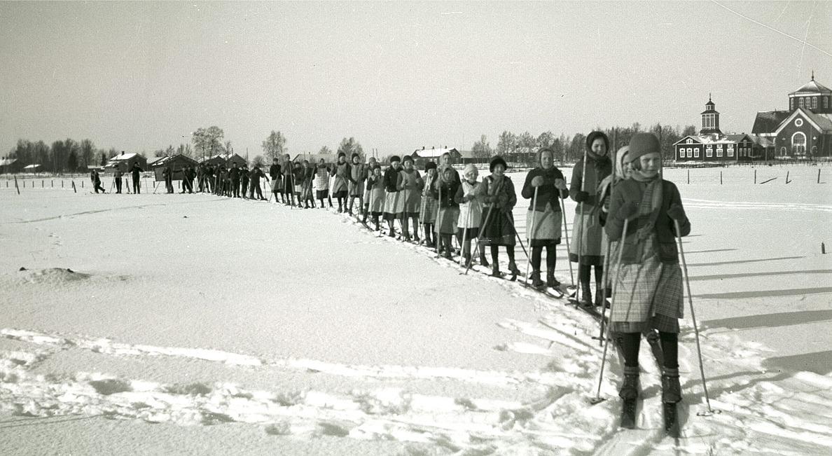 År 1935 användes ingen spårmaskin för att göra skidspår, utan alla banor skidades upp av eleverna. Ett fint foto, som visar dåtidens skiddräktsmode.