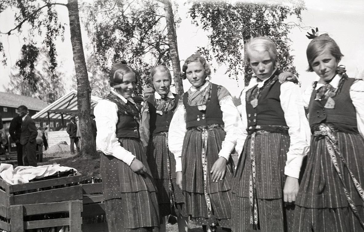 Här är lappfjärdsflickorna på fest i sina granna folkdräkter, från vänster okänd, Ines Klockars, Helga Bergström, Göta Hannus och Linnea Holm.