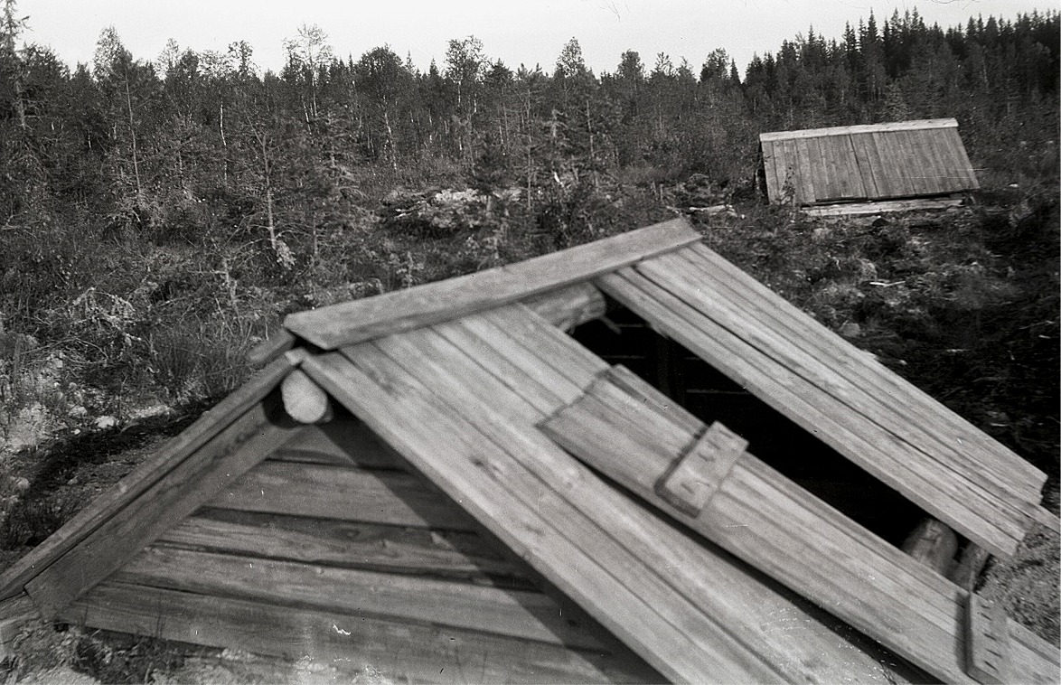 Axel Lillträsk var en föregångare på många områden. På eget bevåg och med egna pengar byggde han under åren 1928-1932 en vattenledning av stock från Mellanliden ner till Lappfjärd. Den tiden gjordes allt för hand, så det var för den tiden ett mycket stort projekt. Här ser vi ett par av källorna i Mellanliden.