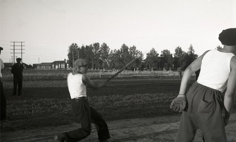 Boboll var en populär sport på 30-talet och här visar en ung man hur bollen skall slås.