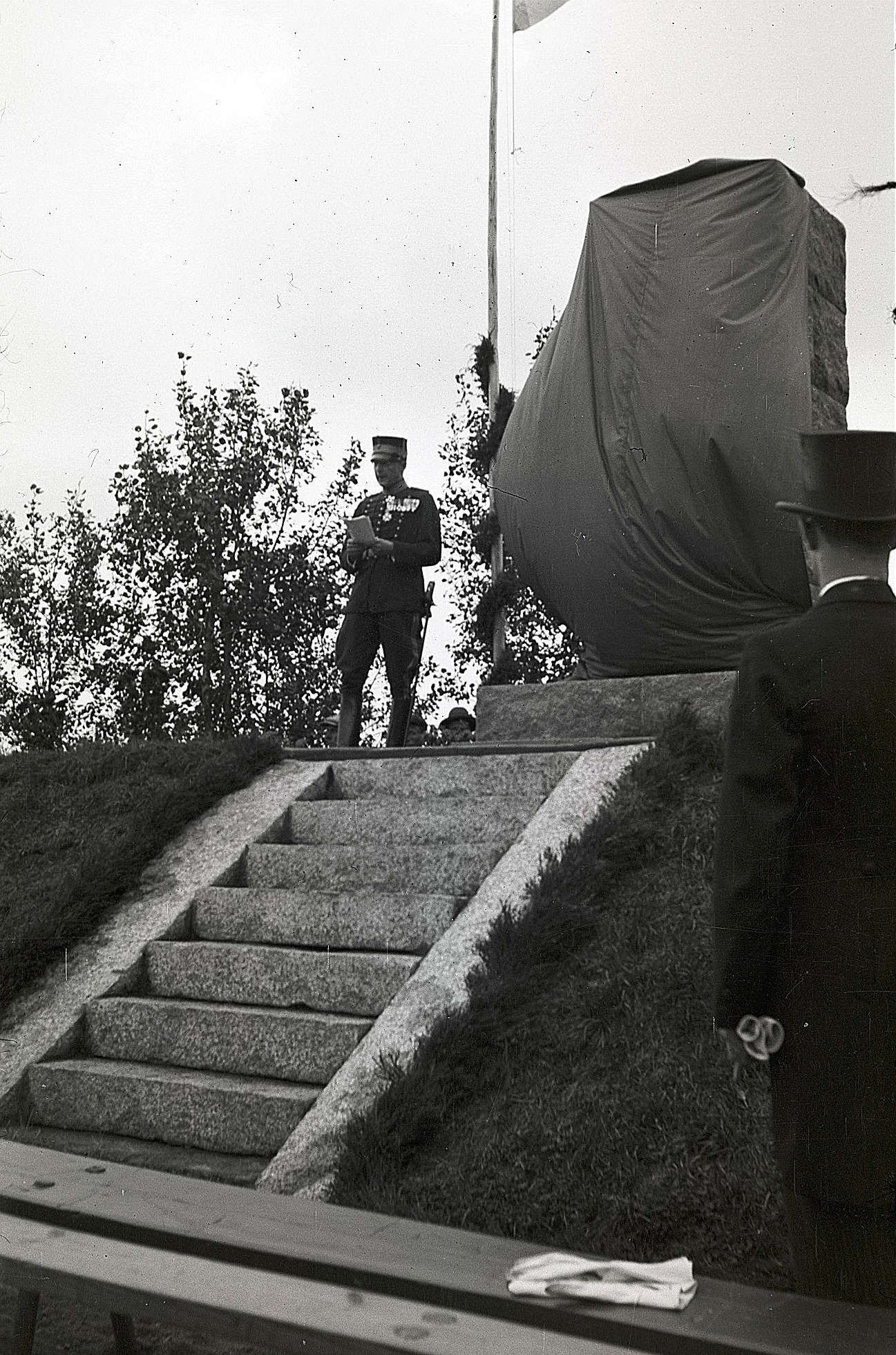 En officer från Sverige talar före avtäckningen av Wilhelm von Schwerins minnesmärke i Ömossa.