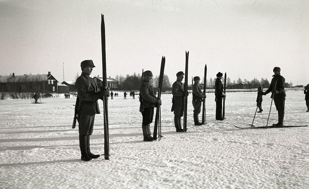 Skyddskårens skidskyttar hade övningar på isen, till vänster syns Anton Stenmans gård och Nils Molanders gård.