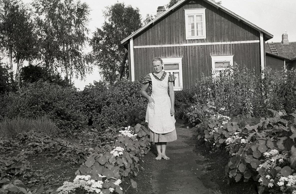 Alice Björses i sitt klubbland med hemgården bakom sig.