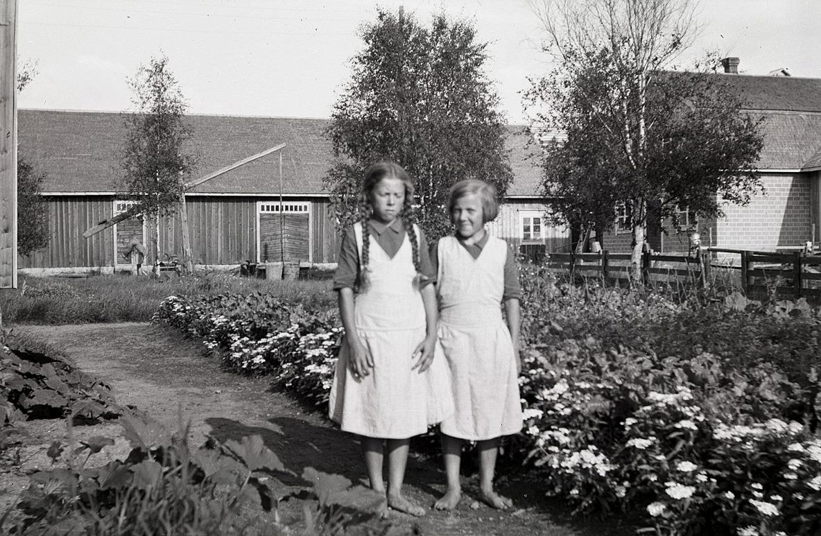 Helga och Anna Englund visar upp sitt klubbland i Dagsmark.